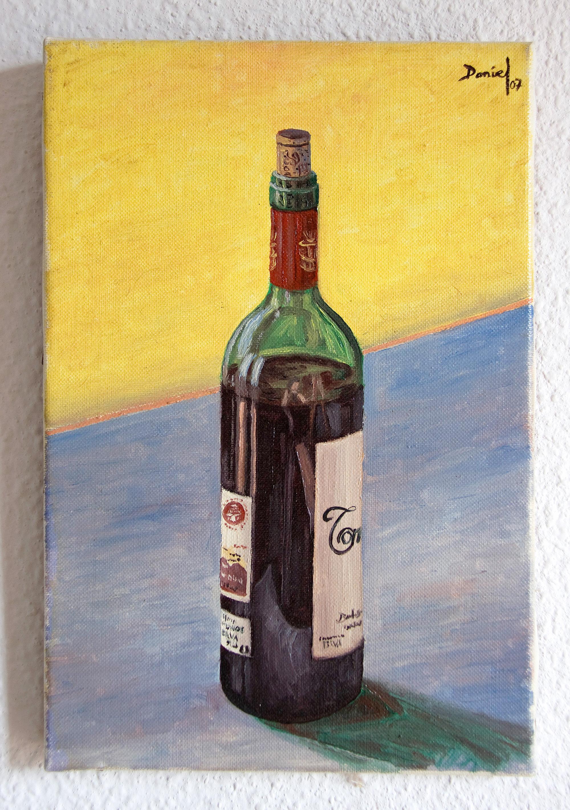 Botella de vino sobre fondo amarillo