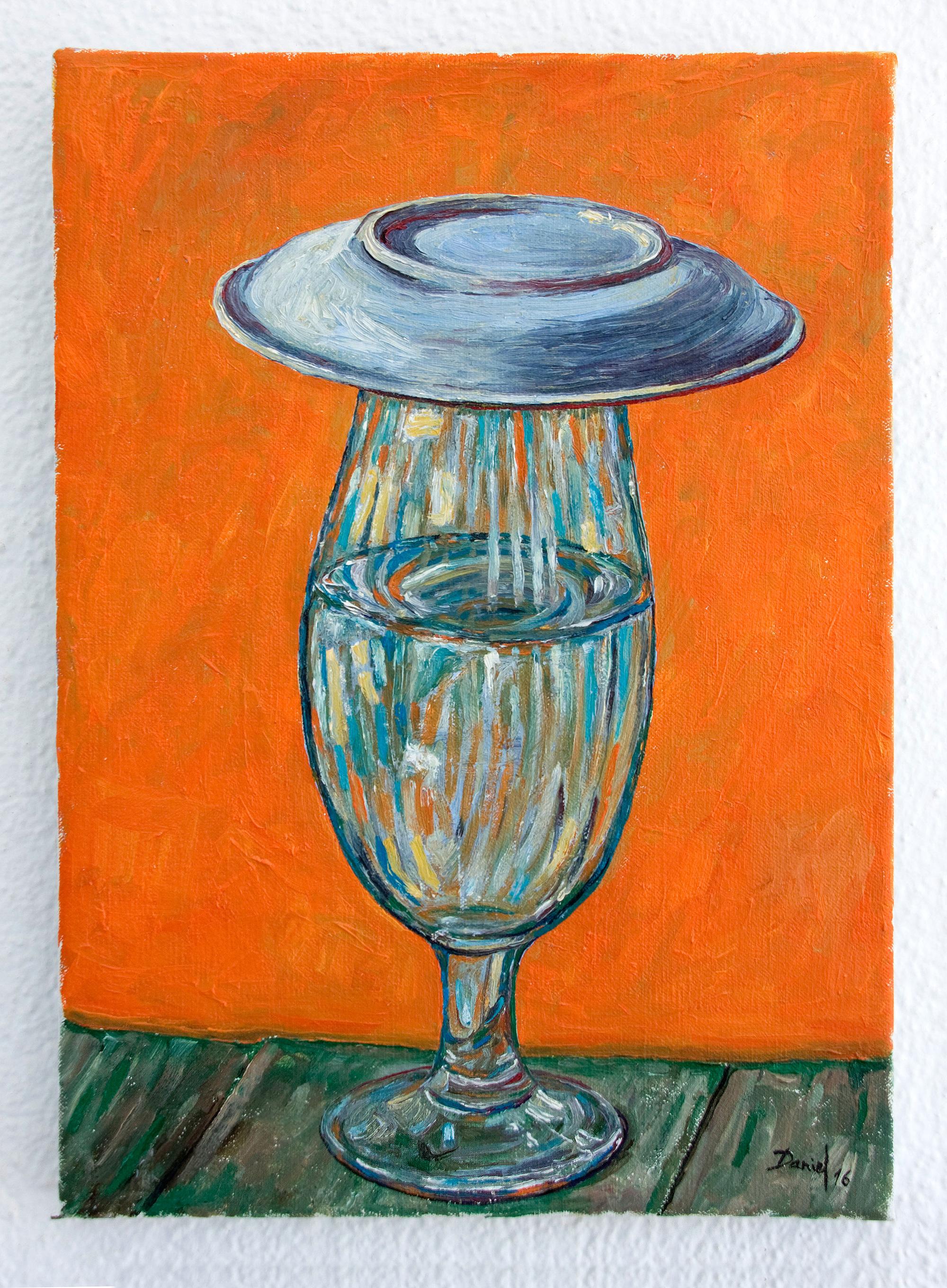 Bodegón con vaso de agua tapado con plato