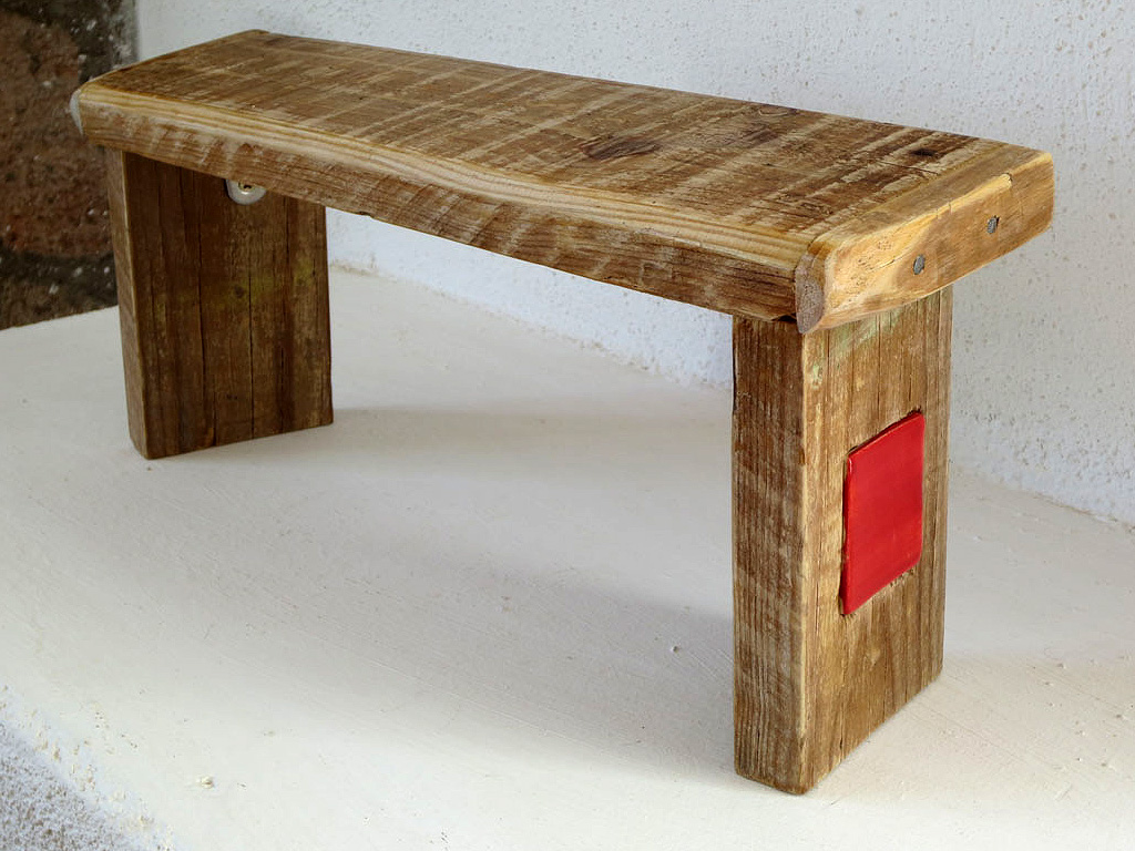 Yoga bench with ceramics red and green