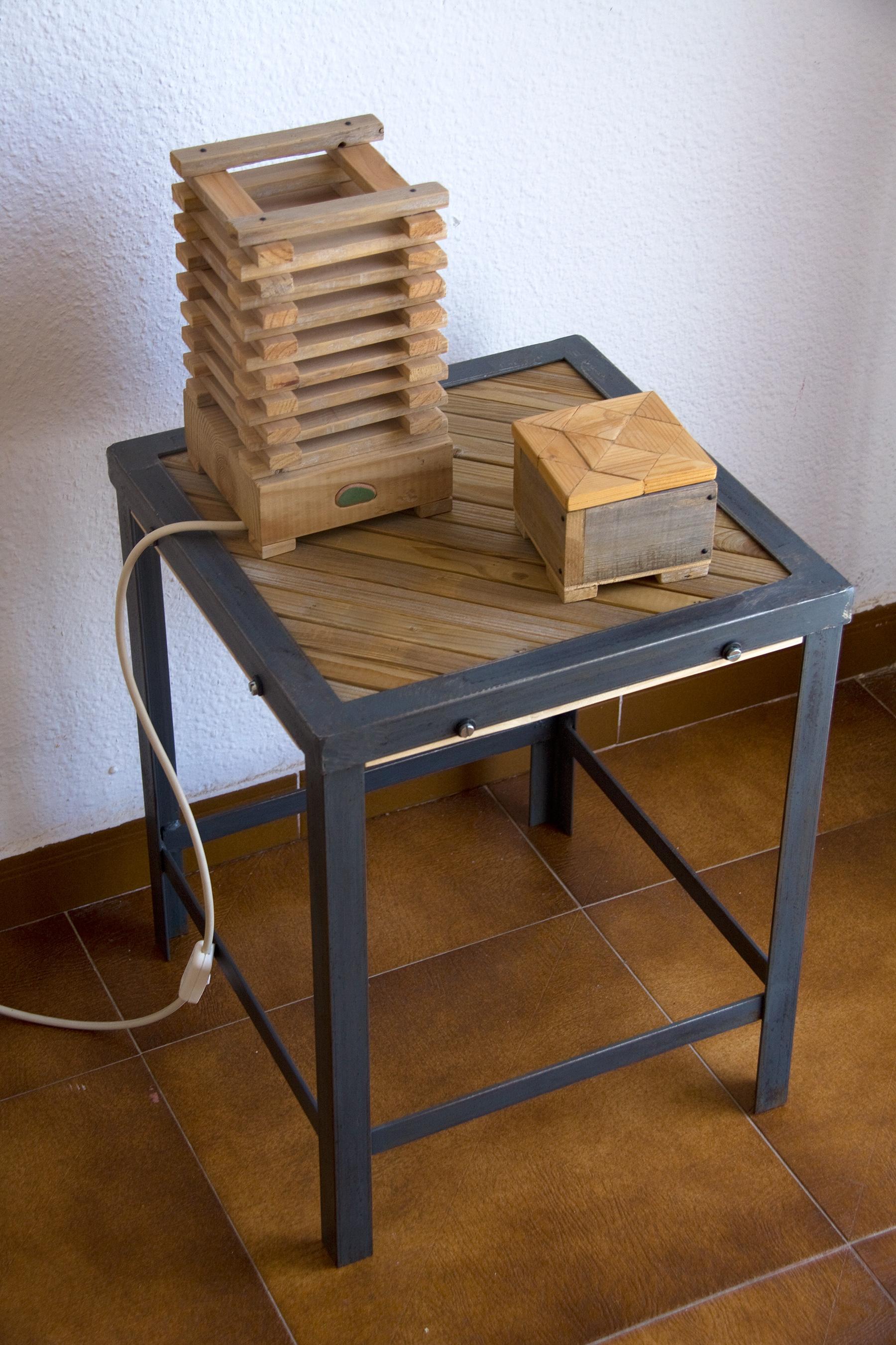 Mesa auxliliar de hierro y listones