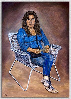 Mujer sentada en silla blanca