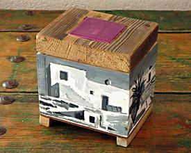 Caja con cerámica morada y cortijo