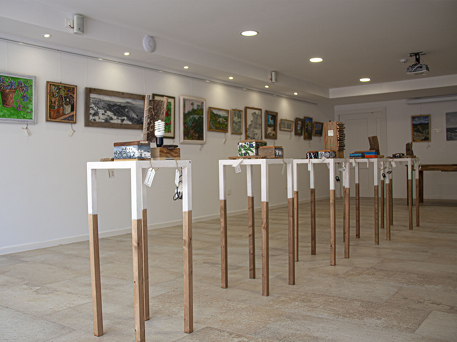 Exposición en Galería de arte de pinturas, dibujos y madera reciclada en la Galería de Aguamarga, Almería, 2018